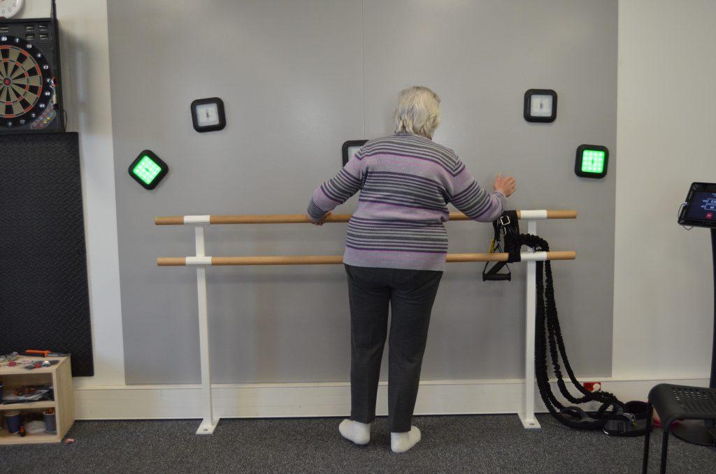 Personne âgée qui utilise le système Reax Lights pour améliorer sa réactivité