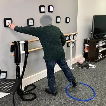 personne âgée en exercice avec le système reax lights