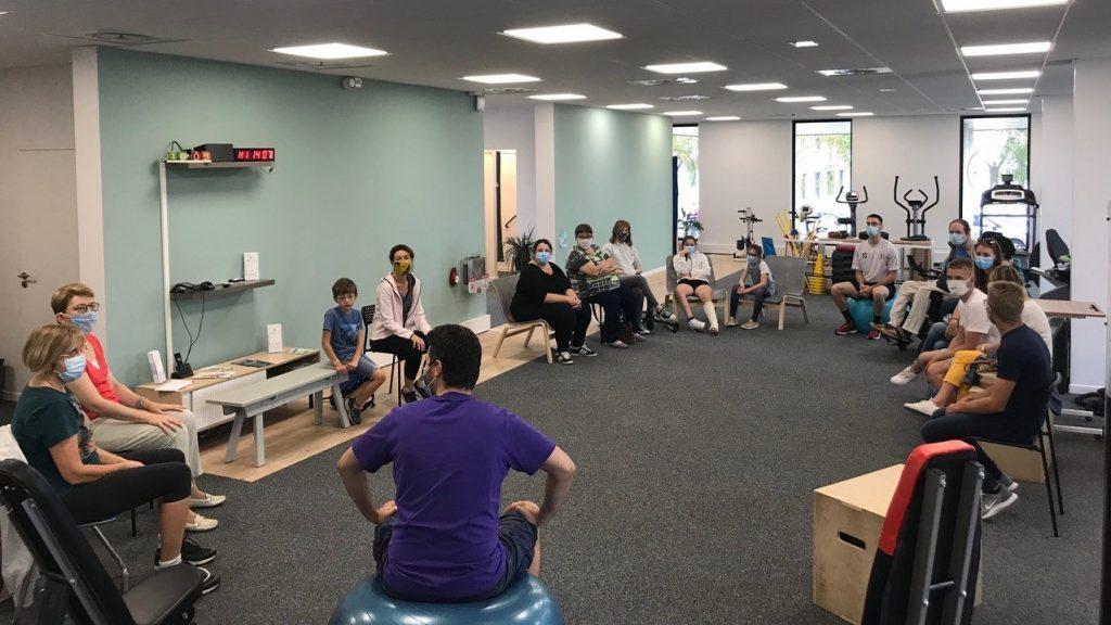 Groupe de 20 personnes en séance de yoga du rire